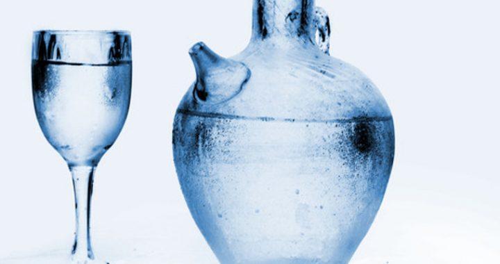 dzban i kieliszek wody