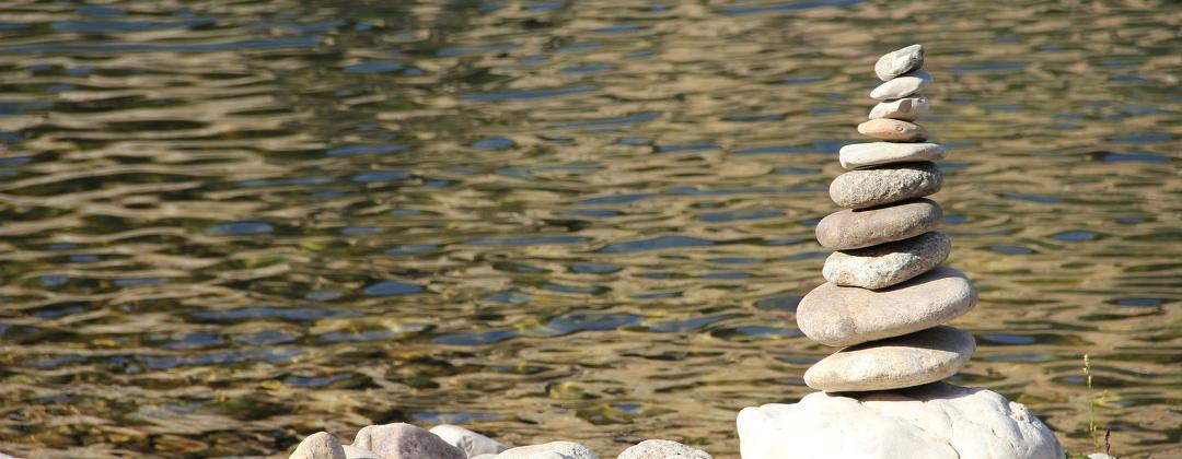 kamienie nad rzeką