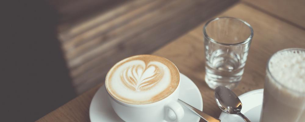 kawa w filiżance i woda w szklance