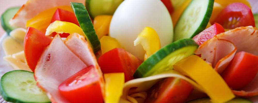 kolorowe warzywa i woda alkaliczna