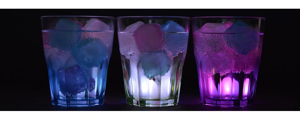 szklanka z kolorowym lodem